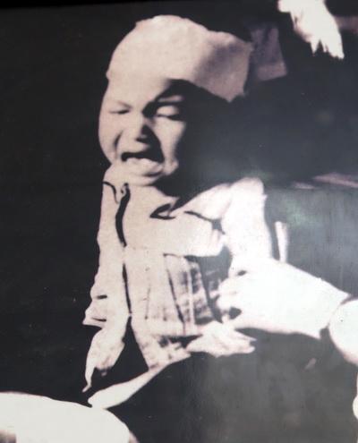 Em nhỏ này sống sót trong đêm sau khi cả gia đình bị Pol Pot giết hại.