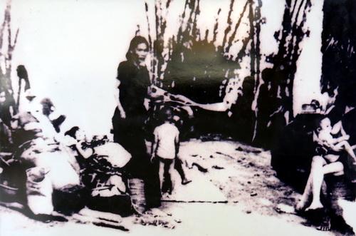 Người dân sống trong màn trời chiếu đất sau vụ thảm sát của Pol Pot đối với bà con Ba Chúc.