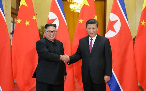 Ông Kim Jong-un (trái) bắt tay Chủ tịch Trung Quốc Tập Cận Bình ở Bắc Kinh hồi tháng 6/2018. Ảnh: AP.
