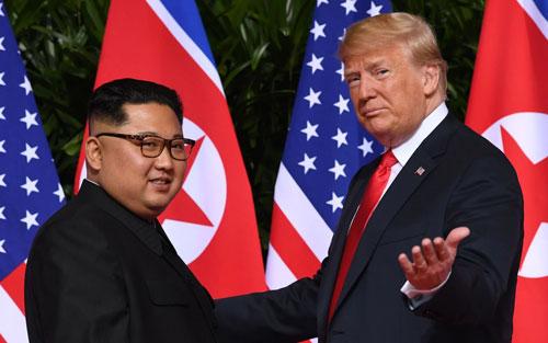 Trump (phải) và Kim Jong-un trong hội nghị thượng đỉnh ở Singapore năm ngoái. Ảnh: AFP.