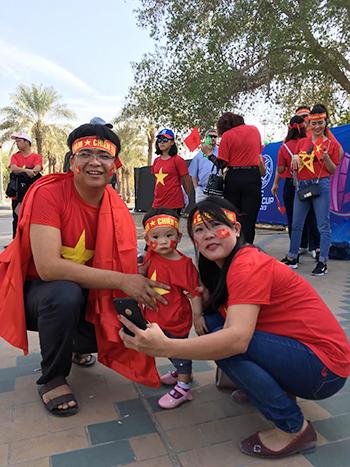 Một gia đình cổ động viên Việt Nam. Ảnh: Thế Tâm