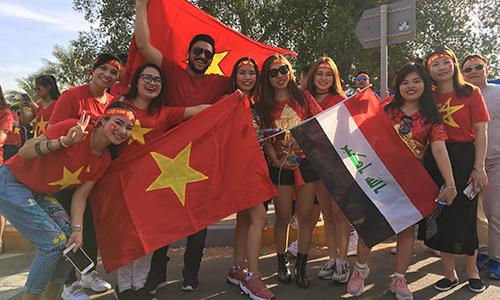 Các cổ động viên Việt Nam bên ngoài sân Zayed Sports City. Ảnh: Thế Tâm