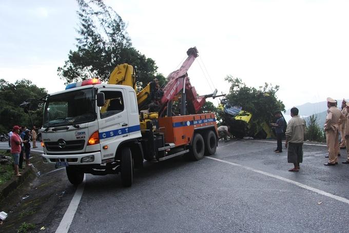 Xe khách biến dạng được cẩu lên từ vực sâu 30 m ở đèo Hải Vân