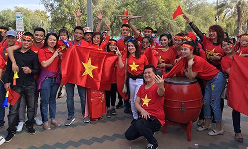 Nhóm cổ động viên Việt Nam sẵn sàng tiếp lửa cho đội tuyển. Ảnh: Thế Tâm