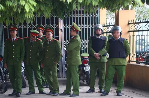 Cảnh sát bảo vệ phiên tòa trong sáng 8/1. Ảnh: Phạm Dự