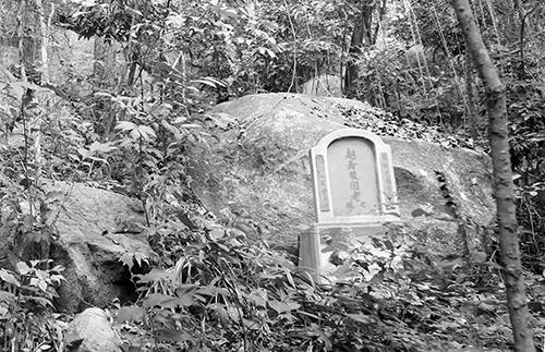 Hang Ba Lê, nơi gần 50 người trong dòng họ ẩn náu bị chúng giết.