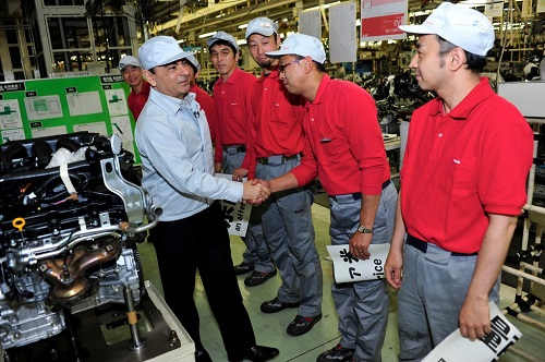 Carlos Ghosn tham quan nhà máy Nissan năm 2011. Ảnh: Reuters