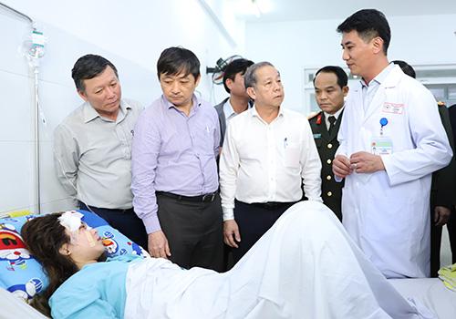Lãnh đạo hai địa phương Huế và Đà Nẵng đã đến Bệnh viện đa khoa Đà Nẵng động viên, hỗ trợ cho các nạn nhân. Ảnh: Nguyễn Đông.