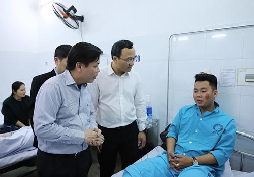 Bộ trưởng Giao thông Nguyễn Văn Thể đã đến thăm hỏi các nạn nhân vụ tai nạn. Ảnh: Nguyễn Đông.