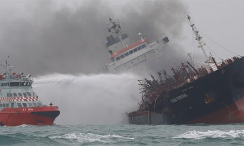 Tàu Âu Lạc được chữa cháy. Ảnh: SCMP.