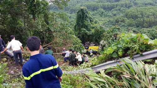 Lực lượng cứu hộ dùng dây thừng tiếp cận xe ôtôgặp nạn.