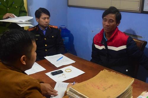 Nguyễn Văn Việt (áo đỏ) tại cơ quan điều tra. Ảnh: Minh Hòa