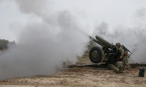 Pháo binh Ukraine khai hỏa lựu pháo 122 mm D30. Ảnh: Reuters.