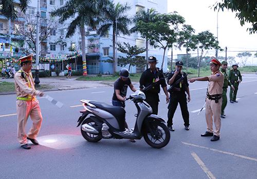 Lãnh đạo công an Đà Nẵng yêu cầu lực lượng 911 tập trung kiểm tra các phương tiện có nghi vấn. Ảnh: Nguyễn Đông.