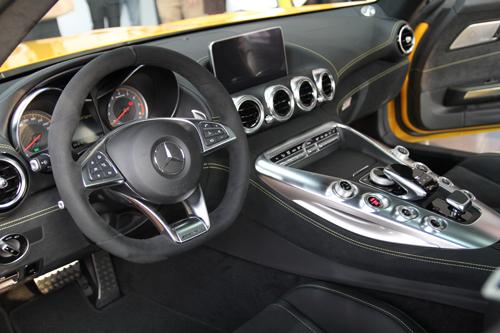 Mercedes-AMG GTs sử dụng nhiều da Alcantara trong nội thất.