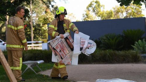 Lính cứu hỏa Australia được triển khai tới lãnh sự quán Hàn Quốc ở Melbourne hôm 9/1. Ảnh: AP.