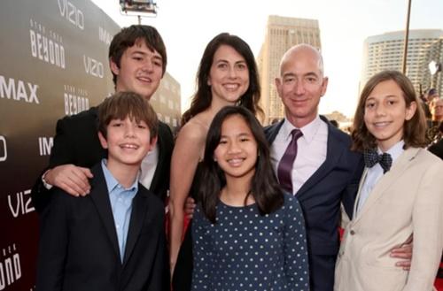 Gia đình Bezos tại một buổi ra mắt phim tại California năm 2016. Ảnh: Time.