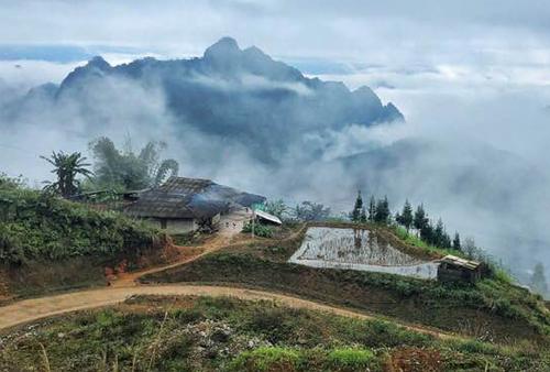 Sáng sớm mùa đông ở xã Cần Nông (Hà Quảng, Cao Bằng), trời sương mù. Ảnh: Ngọc Thành
