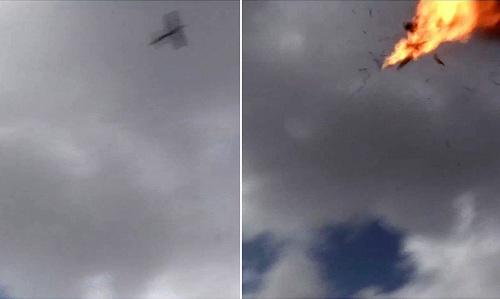 Khoảnh khắc máy bay không người lái phiến quân phát nổ khi tấn công đoàn duyệt binh. Ảnh: SCMP.