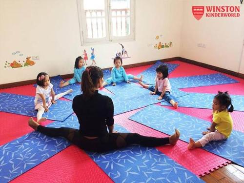 Các bé tham gia chương trình giáo dục thể chất hàng ngày với các môn học thể thao, yoga, bóng rổ, thể dục dụng cụ, bơi lội, chương trình giáo dục giá trị và kỹ năng sống,...