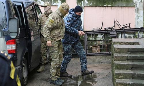 Một thủy thủ Ukraine (phải) bị áp giải tới tòa án thành phố Simferopol, Crimea, Nga hôm nay. Ảnh: Reuters.