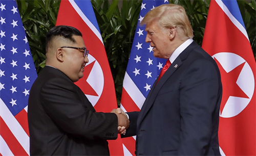 Tổng thống Mỹ Trump, phải, và lãnh đạo Triều Tiên Kim Jong-un trong cuộc gặp ở Singapore năm ngoái. Ảnh: Reuters.