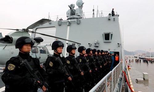 Binh sĩ trên tàu chiến Trung Quốc tại Djibouti. Ảnh: Reuters