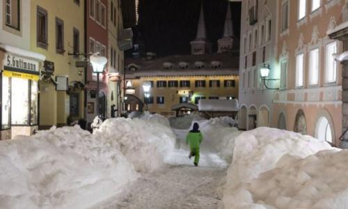 Tuyết dày được dọn bớt để lấy đường đi ở Bavaria, Đức. Ảnh: BBC.