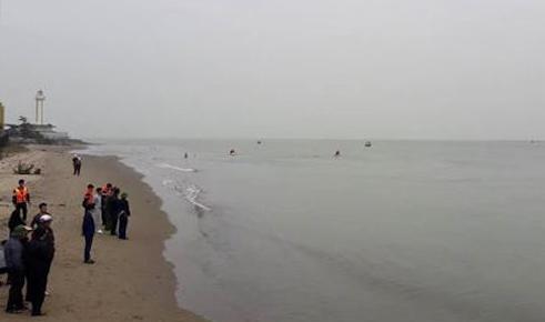 Lực lượng cứu hộ tại vùng biển lúc tìm kiếm thi thể em Toàn. Ảnh: CTV.