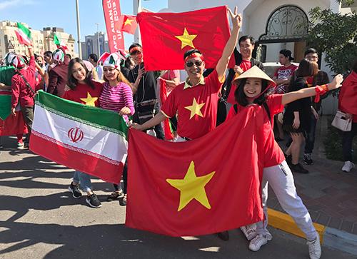 Các cổ động viên Việt Nam chụp ảnh cùng cổ động viên Iran tại sân Al Nahyan chiều nay.