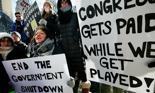 Người dân Mỹ biểu tình yêu cầu chấm dứt tình trạng đóng cửa chính phủ tại Boston ngày 11/1. Ảnh: AP.