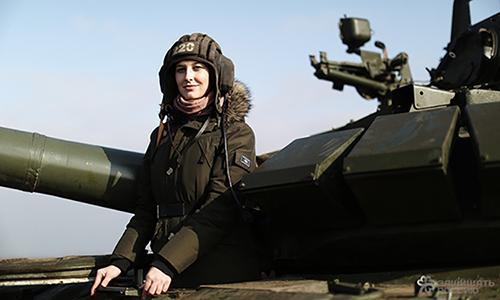 Nữ phóng viên Anastasia Voskresenskaya trên xe tăng T-90