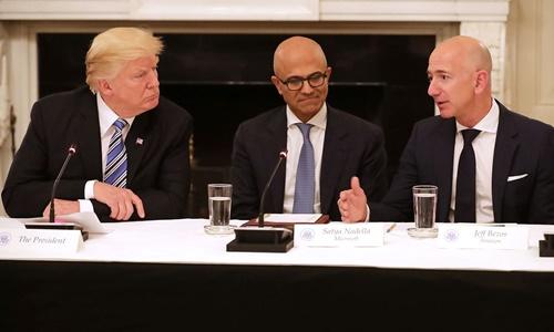 Tổng thống Mỹ Trump (ngoài cùng bên trái) và ông chủ Amazon (ngoài cùng bên phải) tại Nhà Trắng tháng 6/2017. Ảnh: Reuters.