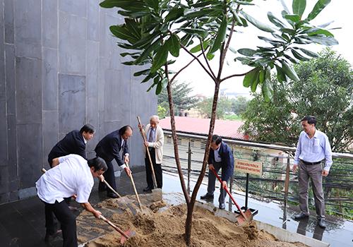 Các đại biểu chung tay trồng cây bàng vuông ở Nhà trưng bày Hoàng Sa. Ảnh: Nguyễn Đông.
