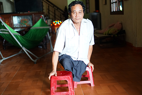 Thương binh Nguyễn Toàn Thắng trong ngôi nhà ở TP Quảng Ngãi. Ảnh: Phạm Linh.