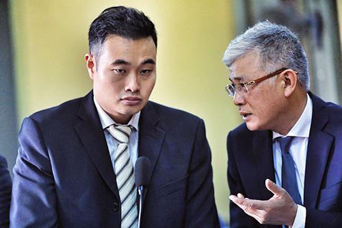 Đại diện Grab (người Singapore) và luật sư tại tòa. Ảnh: Hữu Khoa.
