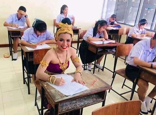 Nữ sinh Thái Lan mặc váy truyền thống đi thi giữa kỳ. Ảnh: Keem Phanthong