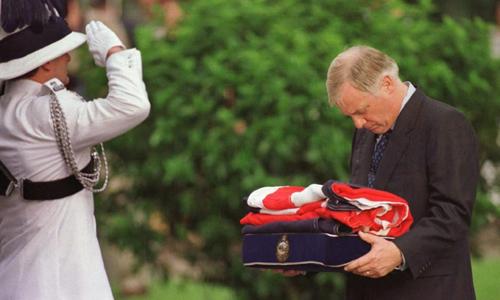 Patten nhận lá cờ Anh được hạ xuống tại dinh thống đốc năm 1997. Ảnh: SCMP.