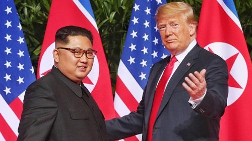 Trump (phải) và Kim Jong-un tại hội nghị thượng đỉnh lần đầu ở Singapore tháng 6-2018. Ảnh: AFP