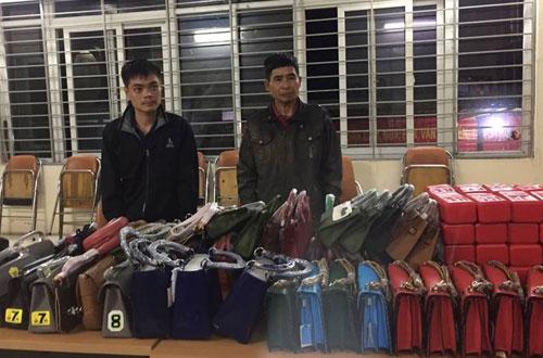Hai người đàn ông khai chở thuê số túi xách, pháo sáng không có giấy tờ chứng minh nguồn gốc.