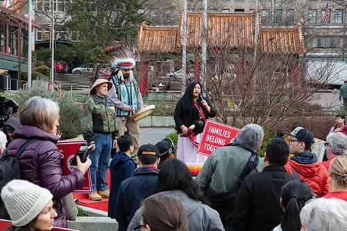 Roxanne White, thuộc bộ tộc bản địa Nez Perce, phát biểu tại cuộc biểu tình. Ảnh: The Stranger