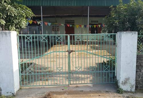 Cổng sắt tại điểm lẻ mầm non xóm 8A, xã Hưng yên Nam. Ảnh: Nguyễn Hải.