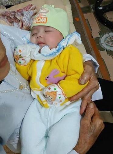 Cháu bé mà người dân xã Mỹ Thọ phát hiện chiều 13/1. Ảnh: CTV.