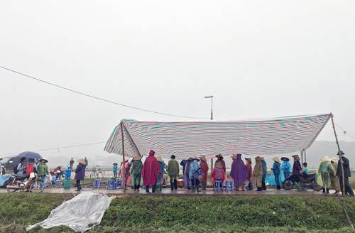 Sáng 14/1, một số người dân xã Nam Sơn, huyện Sơn Sơn vẫn căng lều chặn xe chờ rác vào bãi Nam Sơn. Ảnh: Gia Chính.