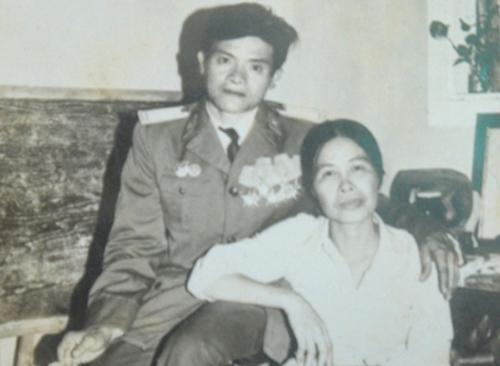 Đại tá Ngô Đức Tấn và vợ. Ảnh: Nhân vật cung cấp.