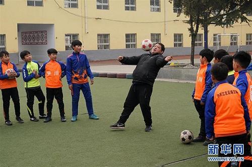 Liệt nửa người, thầy giáo Trung Quốc chống nạng dạy đá bóng - ảnh 2