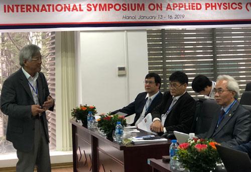 GS Nguyễn Minh Thơ, Đại học KU Leuven (Bỉ) trình bày về tương tác giữa lý thuyết và thực nghiệm trong khoa học vật liệu. Ảnh: BN.