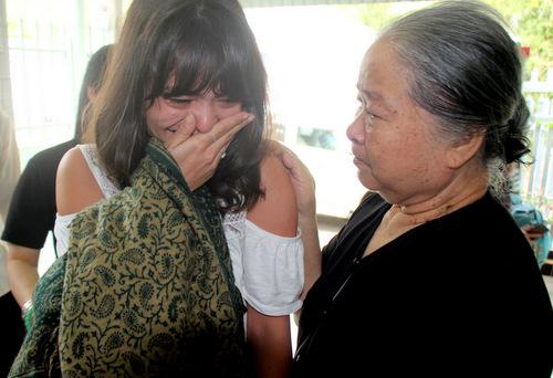 Lysiane lúc gặp bà nội. Ảnh: Nguyễn Khoa.