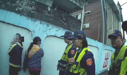 Cảnh sát huyện Đài Đông bắt 11 nghi phạm người Việt hôm 10/1. Ảnh: Taitung Police Department