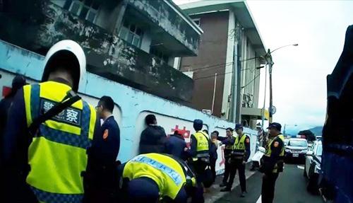 Cảnh sát huyện Đài Đông bắt các nghi phạm người Việt hôm 10/1. Ảnh: Taitung Police Department